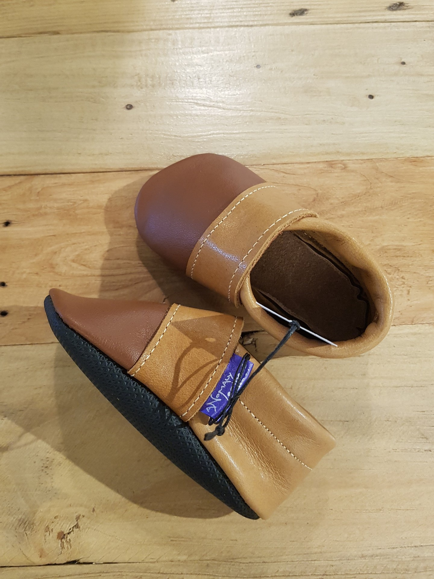 Leather baby shoes fit approx 9-15 months