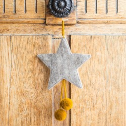 FELT STARS WITH POM POMS - LIGHT STONE/POLLEN