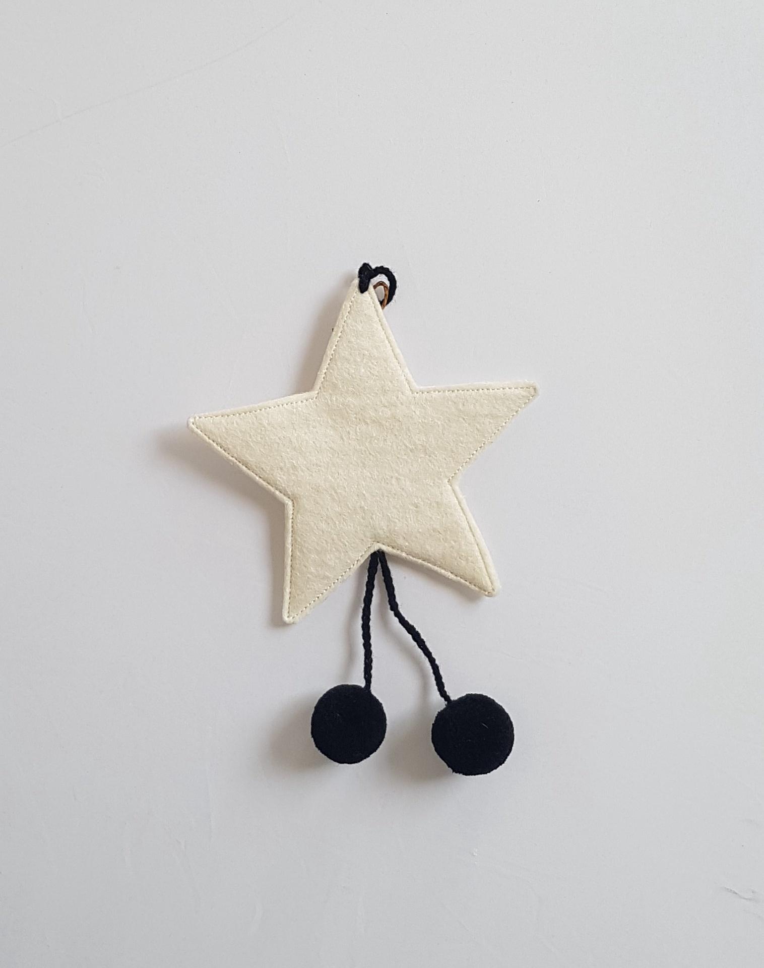 FELT STARS WITH POM POMS -NATURAL/BLACK