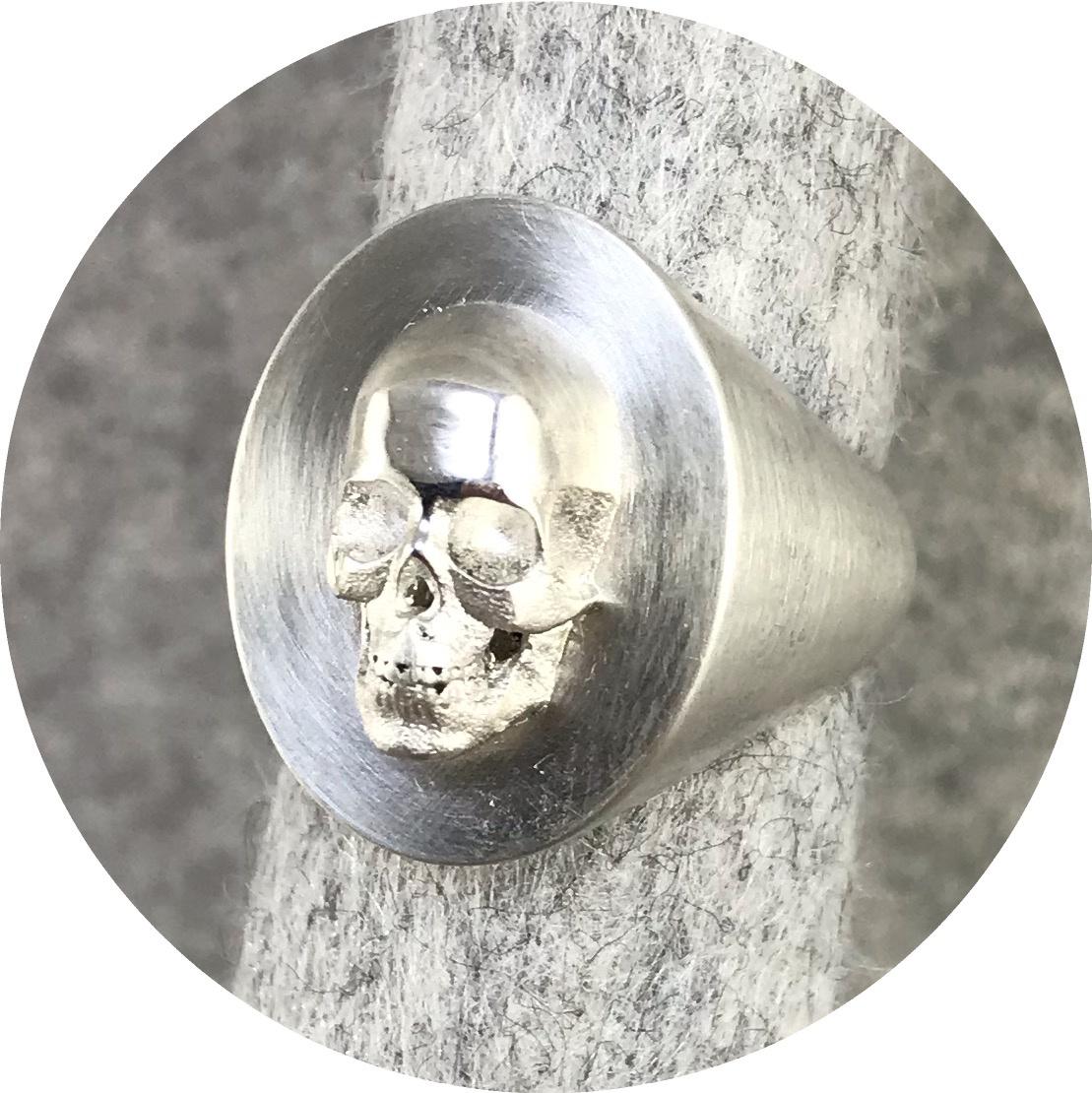 Fin Mahon - 'Skull Signet Ring', 925 silver K