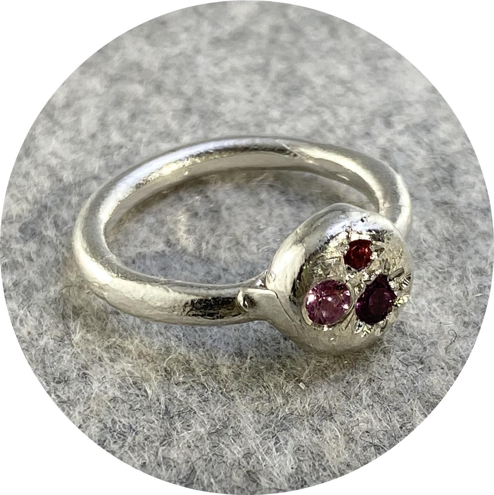 Ada Hodgson - 'Sunrise Ring', 925 silver, garnet, synthetic sapphire, sapphire N