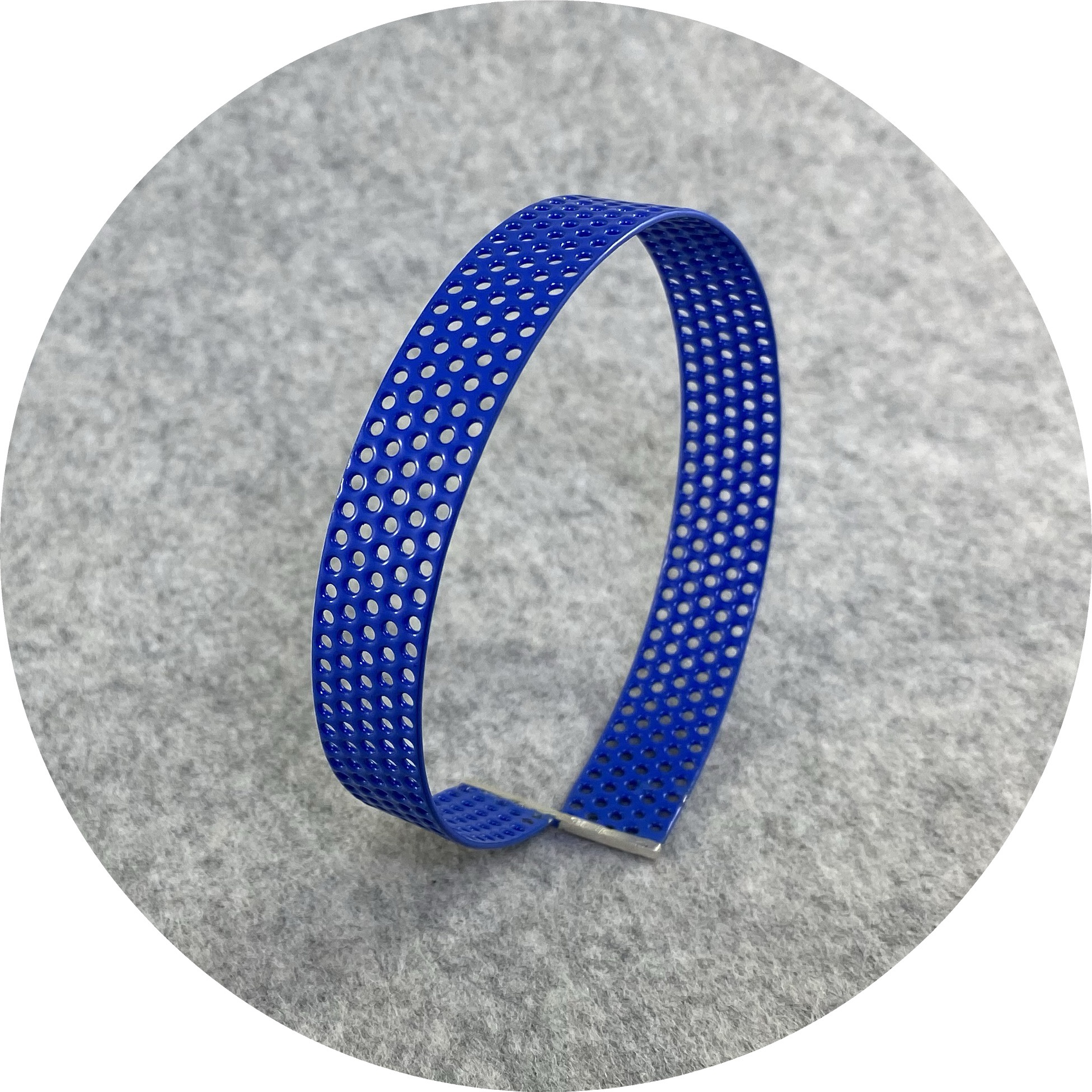 Jin Ah Jo - Blue Perforated One Strip Twisited Bangle in Midsteel, Silver