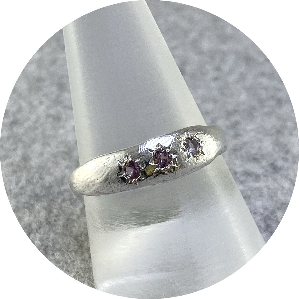 Ada Hodgson - 'Surface Ring with 3 Lilac Sapphire', 925 silver, sapphire R.5