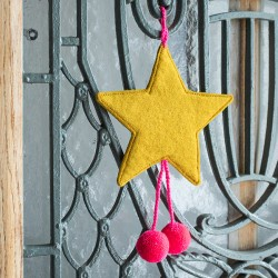 FELT STARS WITH POM POMS - POLLEN/ULTRA PINK
