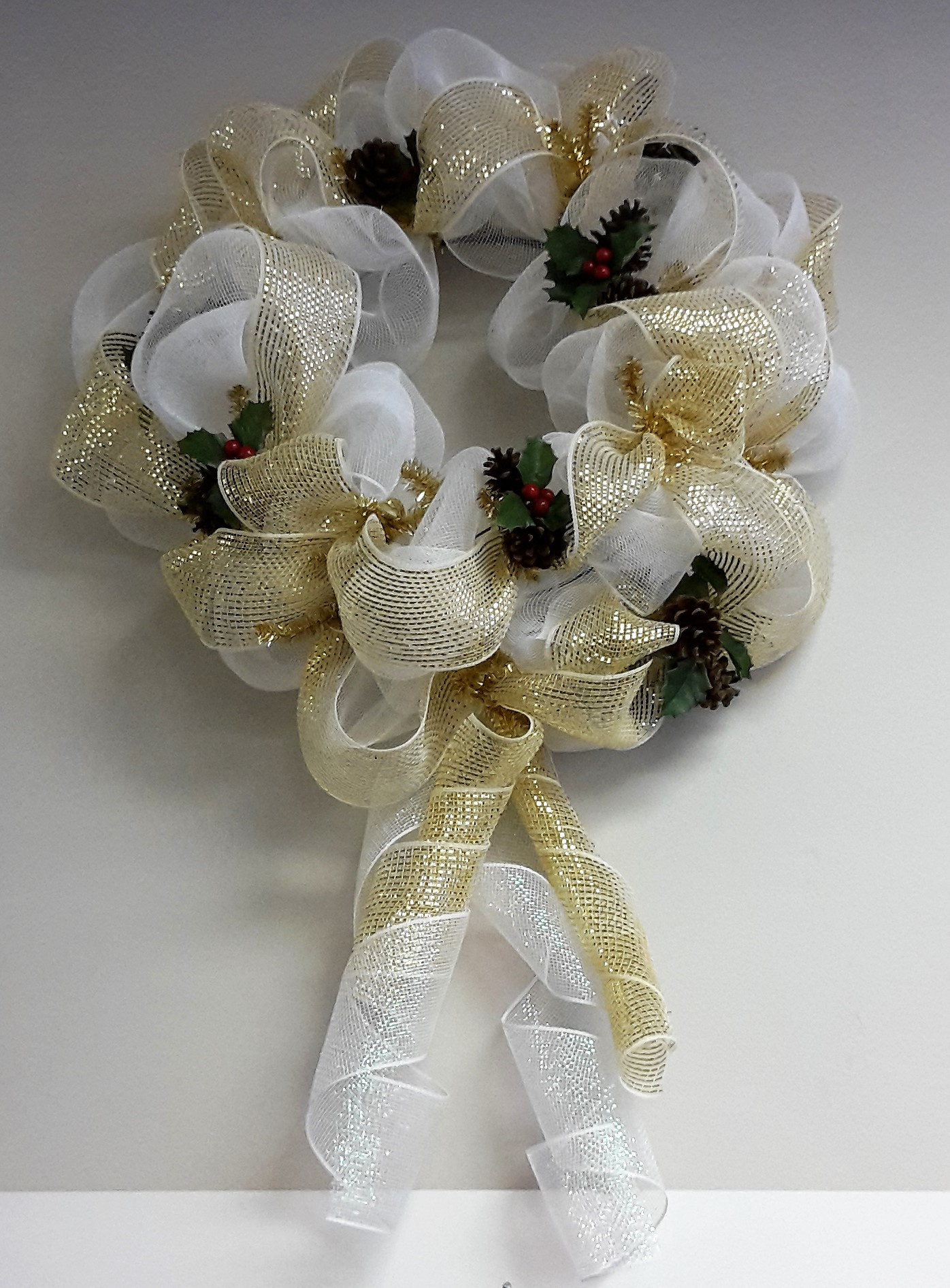 Decomesh Wreath Gold And White With Pine Cones And Holly